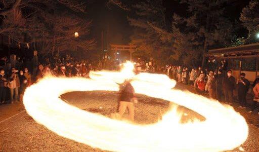 五穀豊穣願う火の輪 阿蘇神社で火振り神事