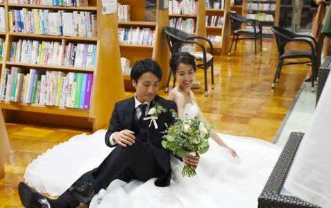 この本、あの本も…本が結んだ愛 図書館で誓う 読書好きカップル、思い出の場所で結婚写真 鹿児島・指宿